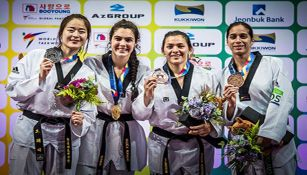 Maria del Rosario portando medallas con sus competidoras