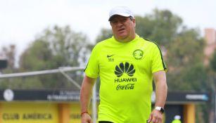 Miguel Herrera al término de una práctica con América
