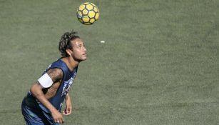 Neymar domina el balón durante un partido del torneo que lleva su nombre