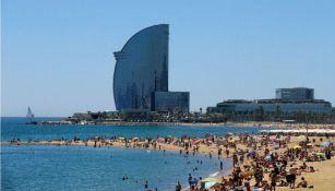 Personas se divierte en uan de las playas de Barcelona