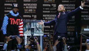 Conor McGregor y Floyd Mayweather en la conferencia de prensa
