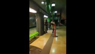 Los dos hombres peleando en los andenes del metro