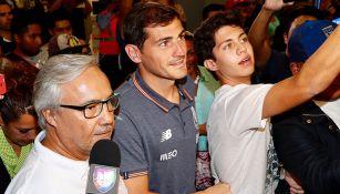Iker Casillas se toma una slefie con un aficionado
