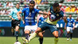Noriega y Bruno Valdéz disputan un balón en el juego de la Supercopa MX