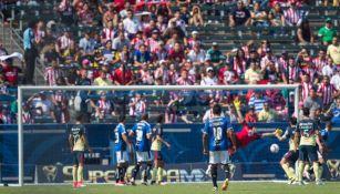 La afición de Chivas celebra el segundo tanto de Gallos
