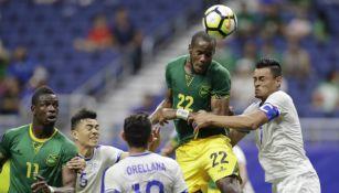 Romario Williams de Jamaica pelea un balón en el duelo frente a El Salvador