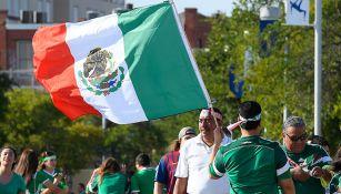 Un aficionado con una bandera de México