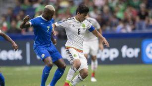 Erick Gutiérrez controla el balón frente a Curazao