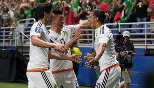 Jugadores del Tri festejan el gol contra Curazao