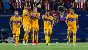 Jugadores de Tigres celebran el gol