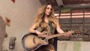 Belinda tocando una guitarra durante un sesión fotográfica