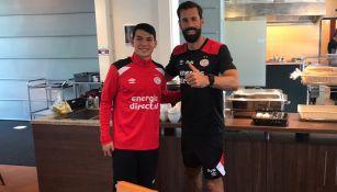 Lozano posa junto a Van Nistelrooy en Eindhoven