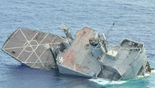 Barco militar hundiéndose