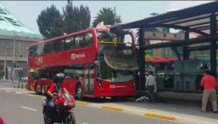 Vehículo de Metrobús choca con techo de estación
