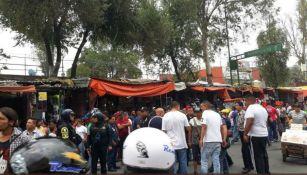 Un grupo de personas aguardan en la zona de la balacera en Tepito