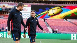 Gerard Piqué y Neymar platican previo a un jueco con el Barça