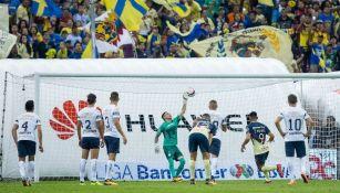 El Chino Romero, durante el cobro de penalti frente a Pumas