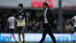 Francisco Palencia camina por la cancha del estadio Azteca tras la derrota de Pumas frente al América