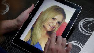 Una imagen de Pilar Garrido en una tablet sostenida por su hermana