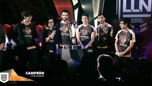 Los integrantes de Lyon Gaming, junto al trofeo de la LLN