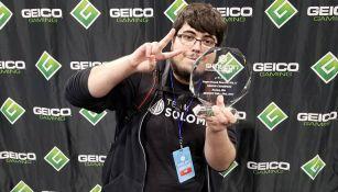 El jugador de Team SoloMid presume su trofeo de campeón