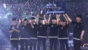 Los jugadores de Longzhu Gaming reciben su trofeo y cheque de campeón