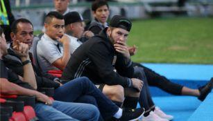 Jugadores de Tigres en las bancas del Jalisco