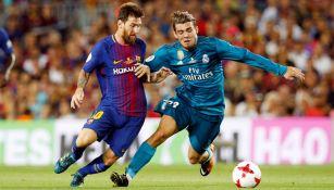 Messi y Kovacic disputan un balón en el Clásico de España