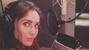 Anahi se toma una selfie en un estudio de grabación