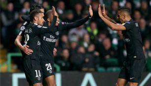 Jugadores del PSG festejan un gol contra el Celtic