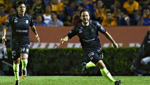Luis Márquez festeja uno de sus dos goles frente a Tigres