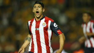 Alan Pulido celebra un gol frente a Tigres con Chivas