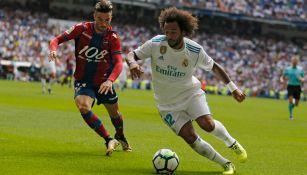 Marcelo conduce el balón en el Santiago Bernabéu