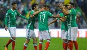 Seleccionados festejan un gol en la cancha del Azteca