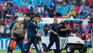 Nicolás Castillo saliendo junto a los médicos de Pumas