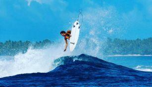 Trav McCoy practica surf en Nueva Zelanda