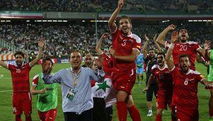 Jugadores de Siria festejan tras vencer a Irán