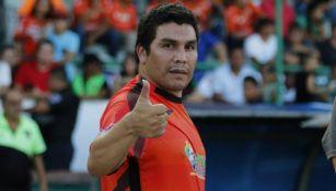 Salvador Cabañas saluda después de partido