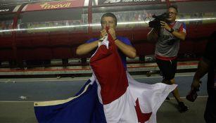Hernán Darío Gómez besa la bandera de Panamá