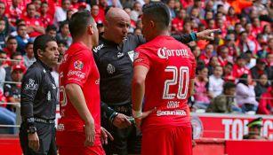 Chacón discute con Uribe, durante el partido del Toluca