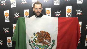 Jeff Hardy posa para la lente de RÉCORD con la bandera de México