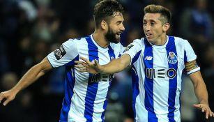 Herrera celebra un gol junto a uno de sus compañeros