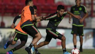 Tecatito Corona disputa el balón contra Marco Fabián
