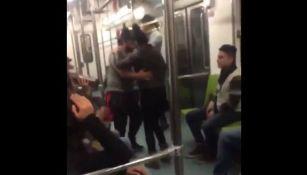 Los jóvenes en pleno baile en un vagón del metro