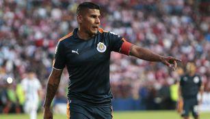 Carlos Salcido en duelo frente a Pachuca