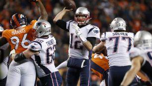 Tom Brady apunto de lanzar un pase en el juego frente a Broncos