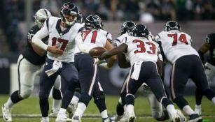 Brock Oswailer entrega un balón durante el juego entre Raiders y Texans