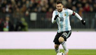 Messi controla el balón en un juego con Argentina