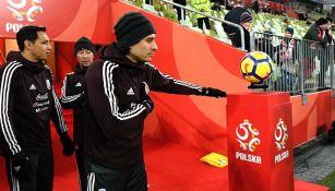 Ochoa observa el balón flotante en Gdansk