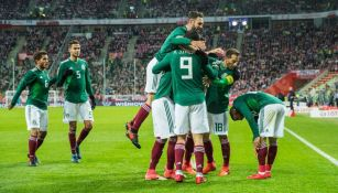 Los jugadores del Tri celebran el gol de Jiménez